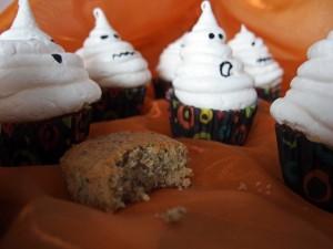 halloween muffins mit baiser geistern kleinekostbarkeit. Black Bedroom Furniture Sets. Home Design Ideas